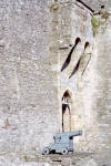 Ireland - Cahir  (county Tipperary): Canon at Cahir castle - castle gate (photo by M.Bergsma)