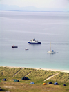 Ireland - Inisheer / Inis Oírr / the eastern island - Aran islands (Galway / Gaillimh county): ferry arriving (photo by R.Wallace)