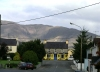Ireland - Kenmare (county Kerry): street, mountain and pub - the hungry knight (photo by R.Wallace)