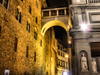 Florence / Firenze - Tuscany, Italy: 'bridge' near Piazza degli Uffizi - nocturnal - photo by M.Bergsma