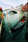 Italy - Venice / Venezia (Venetia / Veneto) / VCE : gondola on the Canal Grande - Ponte di Rialto (photo by J.Kaman)