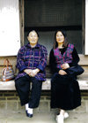 Asia - South Korea - Korean women - mother and daughter - photo by S.Lapides