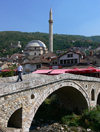 Kosovo - Prizren / Prizreni: stone bridge and mosque in the Old town - Potkaljaja quarter - photo by J.Kaman