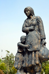Erbil / Hewler, Kurdistan, Iraq: Shanadar Park - sculpture of refugees, mother and daughter - photo by M.Torres