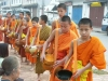 Laos - Luang Prabang: monks collecting food donations - people giving alms  (photo by P.Artus)