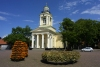 Latvia - Ventspils: Town square and neo-classical Evangelic Lutheran church - Ligo time / baznica - Tirgus iela (photo by A.Dnieprowsky)