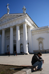 Lithuania - Vilnius: man sitting - cathedral square - photo by Sandia
