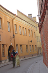 Lithuania - Vilnius: couple walking along Stikliai sreet - old town - photo by Sandia