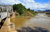 RN2, Marovitsika, Alaotra-Mangoro region, Toamasina Province, Madagascar: bridge over the river Mangoro - looking downstream - photo by M.Torres