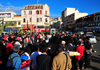 Antananarivo / Tananarive / Tana - Analamanga region, Madagascar: crowd and performer - Independence avenue and start of Ave 26 Juin 1960 - araben�ny Fahaleovantena - Analakely - photo by M.Torres