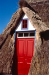 Santana: porta vermelha / red door in an A-shapped cottage - photo by F.Rigaud
