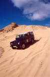ilha do Porto Santo - Fonte da Areia: jipe Land Rover nas dunas / Land Rover on the dunes (image by F.Rigaud)