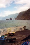 Madeira - Porto Moniz:  graffiti on the harbour / graffiti no porto (ao fundo: ilhéus da Ribeira da Janela) - photo by M.Durruti