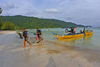 Perhentian Island, Terengganu, Malaysia: Flora Bay - yellow dive boat and divers leaving - photo by S.Egeberg