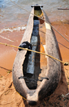 Monkey Bay / Lusumbwe, Malawi: wooden dugout canoe on the beach - pirogue - Lake Malawi / Nyasa, Nankumba Peninsula - photo by M.Torres