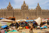 Djenn�, Mopti Region, Mali: general scene of monday market in front of the three minarets of the Great Mosque of Djenn� - the world's largest mud building - Sudano-Sahelian architectural style - photo by J.Pemberton