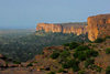 Bandiagara Escarpment, Dogon country, Mopti region, Mali: view of the escarpment from Banimoto - long sandstone cliff - Falaise du Bandiagara - photo by J.Pemberton