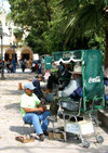 Mexico - Dolores Hidalgo (Guanajuato): shoeshine men (photo by R.Ziff)
