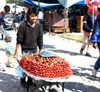San Miguel de Allende (Guanajuato): La Placita - strawberries on a wheelbarrow (photo by R.Ziff)