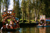 Xochimilco, DF: families enjoy the typical boats, the chalupas - photo by Y.Baby