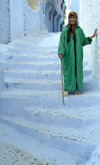 Morocco / Maroc - Chechaouen: lady with walking cane - photo by J.Banks