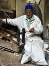 Morocco / Maroc - Fez: old craftsman with a spinning wheel - photo by J.Kaman