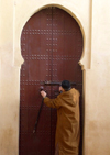 Morocco / Maroc - Fez: closing the door - photo by J.Kaman