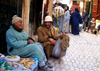Morocco / Maroc - Fez: chatting on the street - photo by J.Kaman