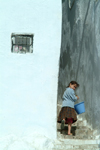 Morocco / Maroc - Chechaouen: getting water - Berber girl with bucket - stairs - Medina - Rif - photo by J.Banks