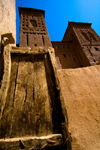 Morocco - Skoura: modest door on a towering facade- photo by M.Ricci
