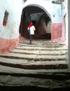 Morocco / Maroc / Titawin - Tétouan: girl in the Medina - arch and stairs - Unesco world heritage - photo by J.Banks