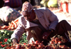 Morocco / Maroc - Ouarzazate: onions at the souk - photo by F.Rigaud
