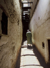 Morocco / Maroc - Fez / FEZ: lonely man in an alley - Medina of Fez - Unesco world heritage site - photo by M.Zaraska