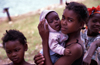 Ilha de Moçambique / Mozambique island: young mother with her baby / jovem mãe com o seu bébé - photo by F.Rigaud