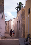 Ilha de Moçambique / Mozambique island, Nampula Province: alley in Stone Town - old façades and idle bike / rua estreita - cidade de pedra - photo by F.Rigaud