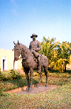 Mozambique / Mo�ambique - Maputo / Louren�o Marques: equestrian statue of Mouzinho de Albuquerque, captor of Ngungunhane, king of Gaza - Portuguese cavalry major - Governor of Mozambique / est�tua equestre de Mouzinho de Albuquerque no Forte (rua de Timor Leste) - anteriormente colocada na Pra�a M. de Albuquerque actual pra�a da Independ�ncia - photo by M.Torres
