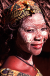 Mozambique / Moçambique - Pemba: macua woman with musiro mask made from the Olax dissitiflora tree, knwon as ximbuti or msiro / mulher com mascara de musiro - msiro - ximbuti - photo by F.Rigaud
