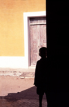 Ilha de Moçambique / Mozambique island: boy's silhouette in stone town / silhueta - photo by F.Rigaud