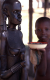 Pemba / Porto Amélia, Cabo Delgado, Mozambique / Moçambique: large Maconde sculpture and kid with bowl / escultura maconde e rapaz com tigela - photo by F.Rigaud