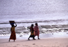 Pemba / Porto Amélia, Cabo Delgado, Mozambique / Moçambique: women walk along the beach - Pemba bay - Indian ocean / mulheres caminhando ao longo da praia - photo by F.Rigaud