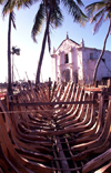 Ilha de Mo�ambique / Mozambique island: boat skeletons, coconut trees and Portuguese church of Santo Ant�nio - esqueleto de barco junto � igreja de Santo Ant�nio - photo by F.Rigaud