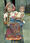 Panama - comarca Kuna Yala - San Blas Islands - Achutupo island: Kuna woman with a toddler / mujer con ni�o - photo by A.Walkinshaw