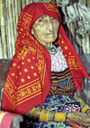 Panama - comarca Kuna Yala - San Blas Islands - Achutupo island: old Kuna lady - photo by A.Walkinshaw