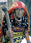 Panama - comarca Kuna Yala - San Blas Islands: woman with a pestle - photo by A.Walkinshaw