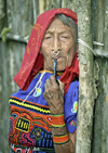 Panama - comarca Kuna Yala - San Blas Islands: Kuna woman - mola and pipe - photo by A.Walkinshaw