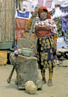 Panama - comarca Kuna Yala - San Blas Islands: Kuna woman and mortar to make corn flour - photo by A.Walkinshaw