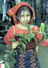 Panama - comarca Kuna Yala - San Blas Islands: Kuna girl with parrot - photo by A.Walkinshaw