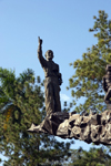 Panama City / Ciudad de Panama: statue at Dr. Arnulfo Arias Madrid Memorial - pointing at the sky, Balboa - photo by H.Olarte