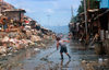 Manila city, Philippines - street sweeper - Slums and shanty towns - photo by B.Henry