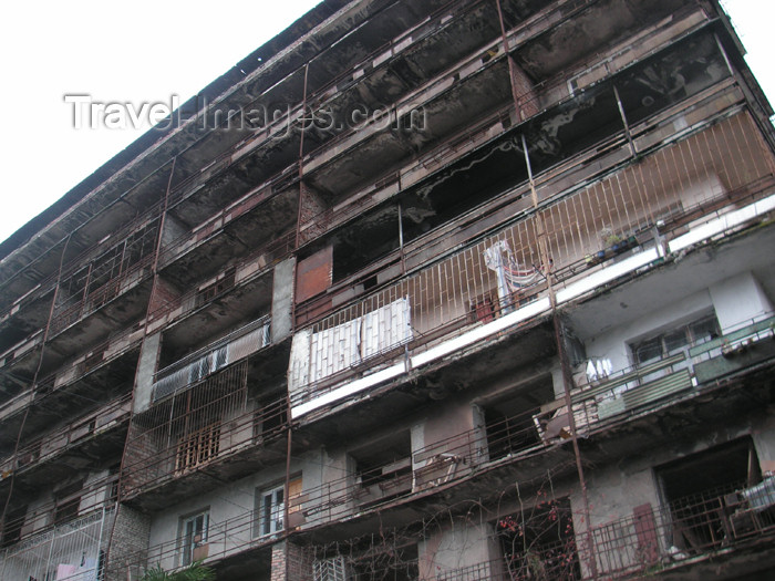 abkhazia14: Abkhazia - Sukhumi: semi-destroyed building (photo by A.Kilroy) - (c) Travel-Images.com - Stock Photography agency - Image Bank